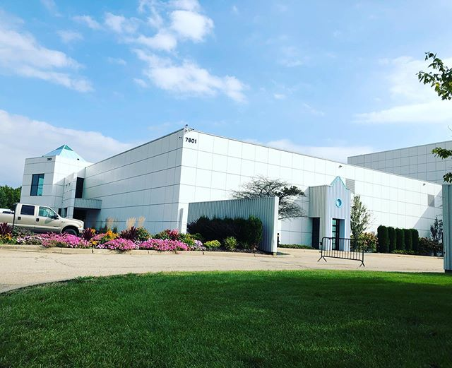 Today I visited Prince's Paisly Park Museum. I bought a ticket for a certain time slot and it turned out I was the only one!! It was so cool to get a 'private' tour and I was able to ask a ton of questions and take my time gazing at the wonderful rooms, studio's and beautiful instruments, clothes and items that were displayed. I wanted to go there for over 20 years, and now that I was in the neighbourhood I took my chance. I am looking forward to play tonight at @thecabooze, you know, all inspired, ánd with my newly purchased Prince guitar picks  #happylady #tour @delainofficial @amorphisband #paislypark #minneapolis